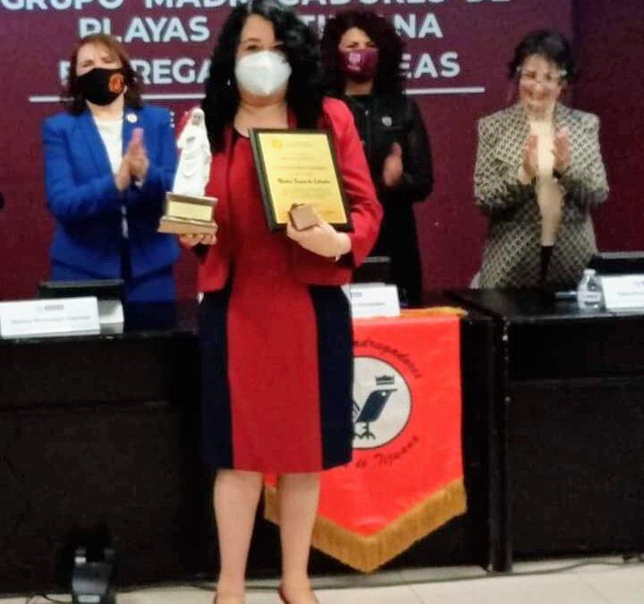 COMESAMA felicita a Edith Perez de Pro Oncavi por presea recibida